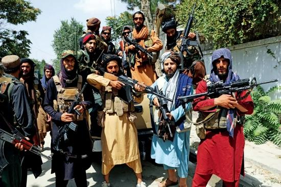 8月19日,喀布尔街头的阿富汗塔利班武装人员。图/澎湃影像