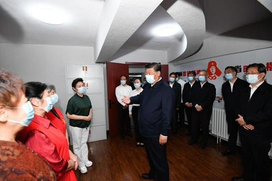 这是8月24日下午,习近平在承德市高新区滨河社区居家养老服务中心,同老年志愿者亲切交谈。新华社记者 申宏 摄