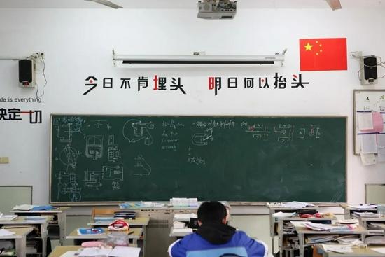 """""""学校之间竞争,无非就是在拼升学率的KPI罢了。""""/视觉中国"""