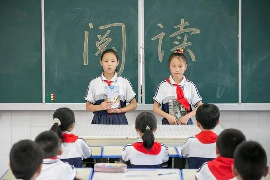 2021年9月1日,江苏如皋外国语小学课后延时服务课上,学生们在相互推荐好书。/视觉中国