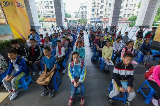 一些民办初中备受学生家长青睐,竞争可谓是异常激烈。/视觉中国