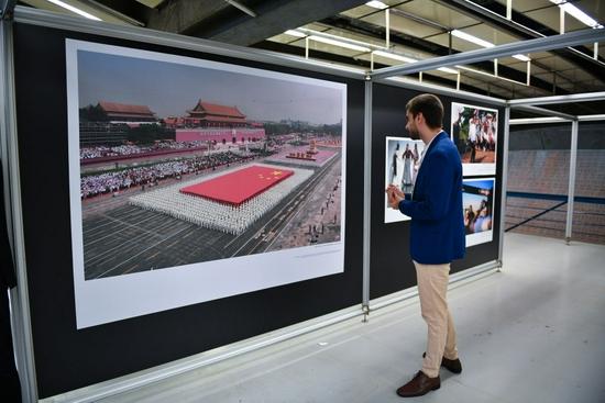 2019年10月30日,在巴西圣保罗,观众在第三届金砖国家媒体联合摄影展上参观。新华社记者 辛悦卫 摄