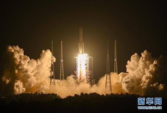 2019年12月27日20时45分,长征五号遥三运载火箭在中国文昌航天发射场点火升空。 新华社记者陈晔华摄