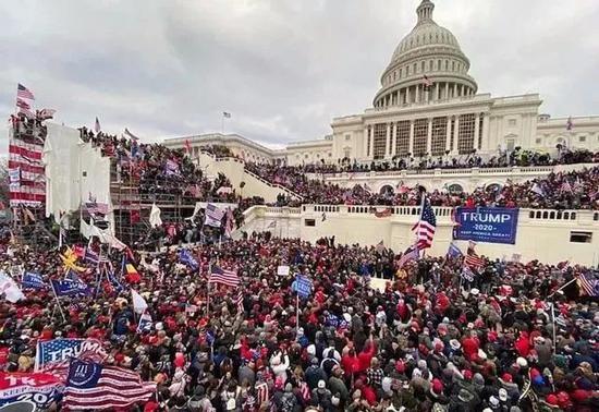 1月6日,挺特朗普的暴徒攻陷美国国会