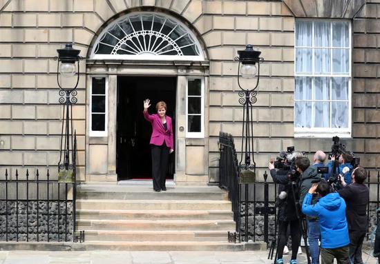 当地时间2021年5月9日,苏格兰爱丁堡,苏格兰政府首席大臣斯特金现身。据报道,支持苏格兰独立的苏格兰民族党连续第4次赢得议会多数席位,党魁斯特金将留任苏格兰政府首席大臣。/IC Photo