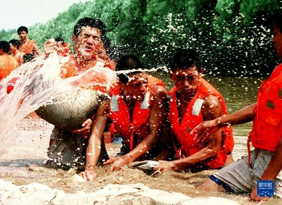 这是河北武警战士在长江大堤上抢险(1998年8月16日摄)。新华社发(资料照片)