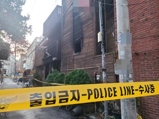韩国六旬男子为报复纵火烧旅馆:致2死11伤 现场焦黑一片
