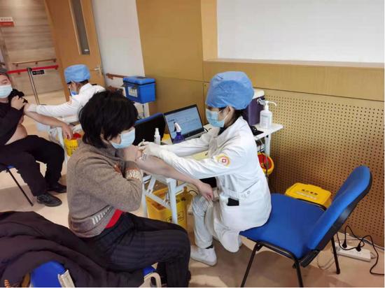 市民在接栽疫苗