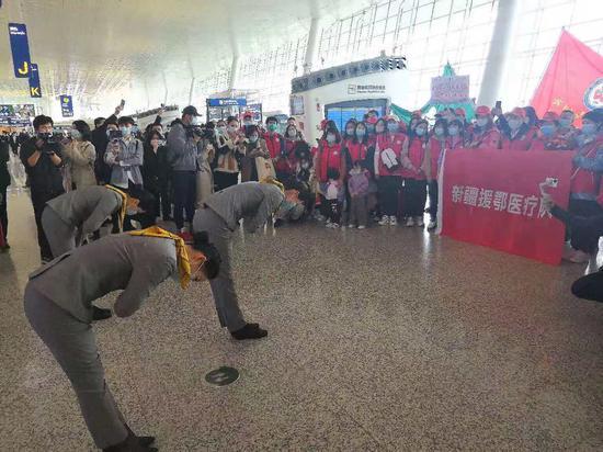 """(天河机场礼仪队演出""""谢谢你""""。王郭骥摄。)"""