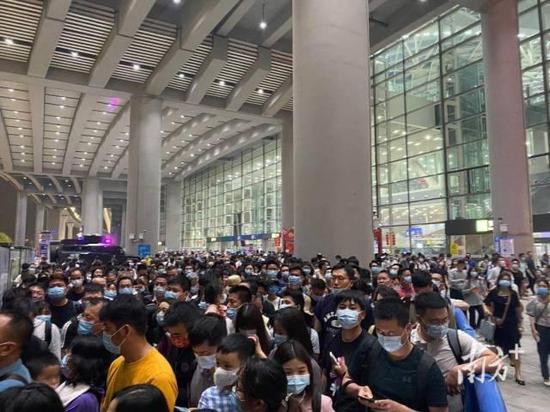 4月6日凌晨两时许,广州南站还有大批晚点到达的旅客。