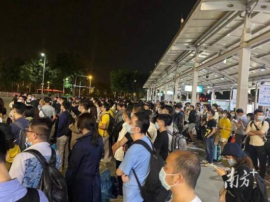 4月6日凌晨两时许,广州南站大批晚点到达的旅客在排队等车。