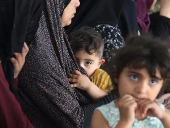 5月17日,受冲突影响而逃离家园的巴勒斯坦妇女和儿童在加沙地带拉法的一所学校临时栖身 图:新华社