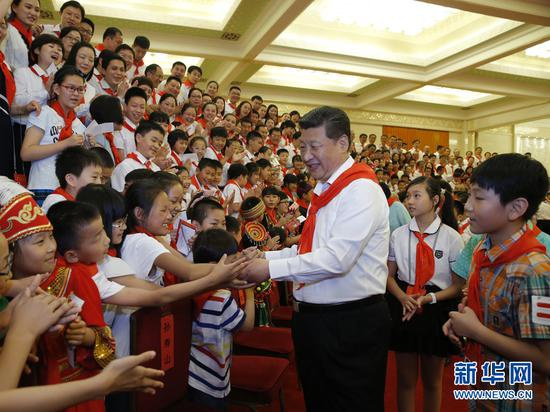 2015年6月1日,习近平在北京人民大会堂亲切会见中国少年先锋队第七次全国代表大会全体代表。新华社记者 鞠鹏 摄