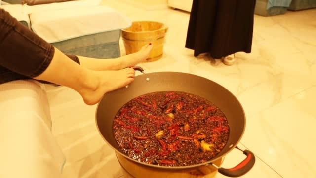 重庆足疗店推出火锅足疗:配料有辣椒、花椒、海椒、生姜等