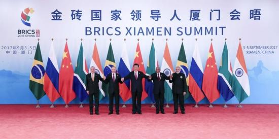 2017年9月4日,金砖国家领导人第九次会晤在厦门国际会议中心举行。这是金砖国家领导人集体合影。新华社记者 庞兴雷 摄