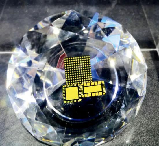 2021世界半导体大会上展出的台积电生产的芯片。图/IC