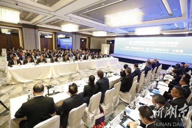 (4月15日,2019湖南对接粤港澳大湾区恳谈会暨重大项目签约仪式在香港举行。)