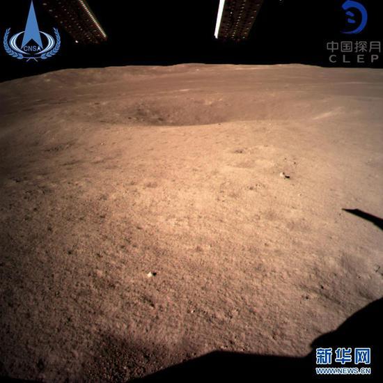 """2019年1月3日10时26分, 嫦娥四号探测器成功着陆在月球背面预选着陆区,并通过""""鹊桥""""中继星传回了世界第一张近距离拍摄的月背影像图。图为嫦娥四号着陆器监视相机C拍摄的着陆点南侧月球背面图像。 新华社发(国家航天局供图)"""