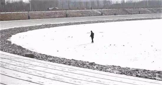 ▲市民在冰面上走走