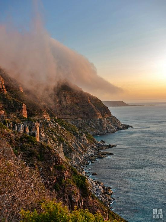 △南非开普敦,查普曼峰公路景色壮观。一半大海,一半峭壁。(图/视觉中国)