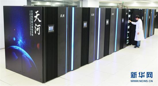 """这是2018年7月26日拍摄的""""天河三号""""E级原型机全貌。 新华社记者 毛振华 摄"""