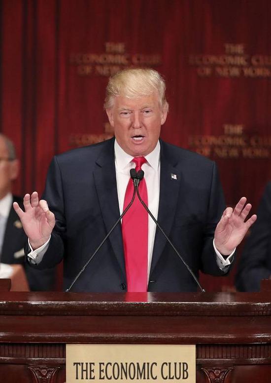 """(原料图片:2016年9月15日,特朗普在美国纽约经济俱笑部发外演讲时强调""""美国优先""""的竞选主张。来源:新华社记者王迎摄)"""