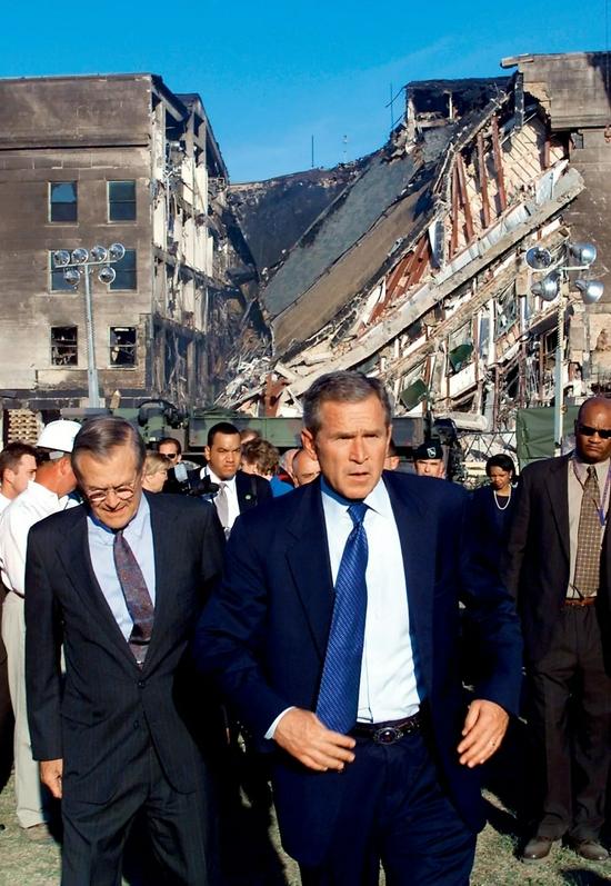 """左图:2001年9月12日,美国纽约,总统小布什在五角大楼巡视在""""9·11事件""""中遭受冲击的区域。"""