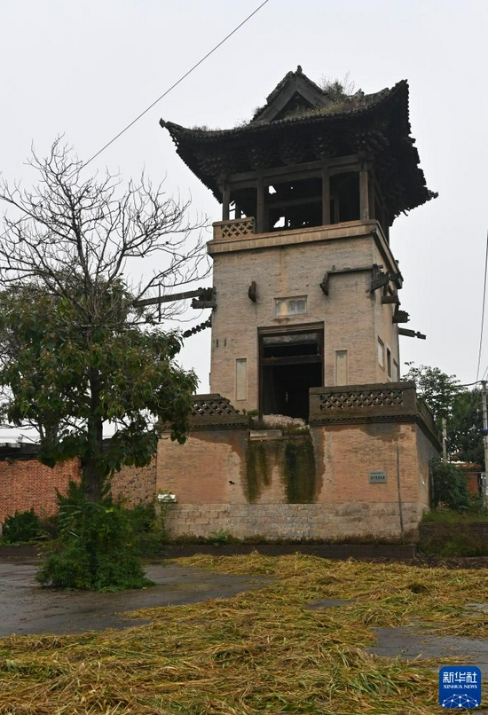 The main structure of Chunqiu Tower in Xizhonghuang Village, Xiangfen County, Shanxi Province is tilted (photographed on October 12).