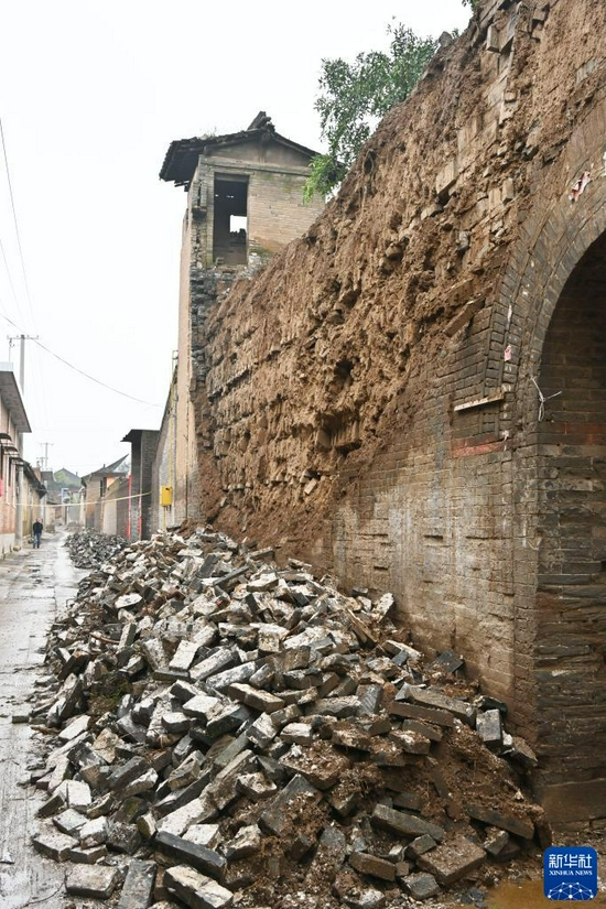 The outer bricks of a courtyard wall of the Jinshi Academy in Xizhonghuang Village, Xiangfen County, Shanxi Province fell off (photographed on October 12).