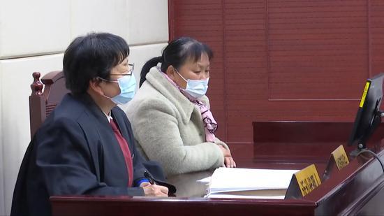 朱大红(右)及辩护律师刘静洁