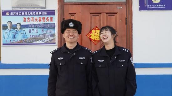 ▲夫妻警务室门口,史先强和沈欣夫妇。新京报记者解蕾摄