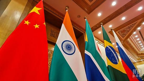 △北京人民大会堂,现场摆放的金砖五国国旗。(总台央视记者石丞拍摄)