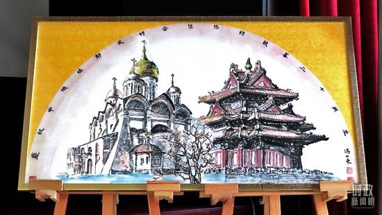 △2021年7月12日,《世代友好》主题画展在北京俄罗斯文化中心开幕。这一展览是为庆祝《中俄睦邻友好合作条约》签署20周年举办。(图/视觉中国)