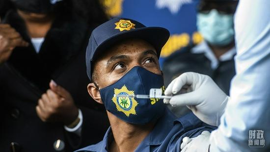 △2021年7月5日,南非索维托,当地警察接种新冠疫苗。(图/视觉中国)