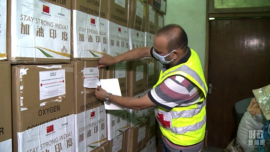 △2021年6月8日,中资企业向印度孟买红十字会捐赠抗疫物资。(总台记者高瞻拍摄)