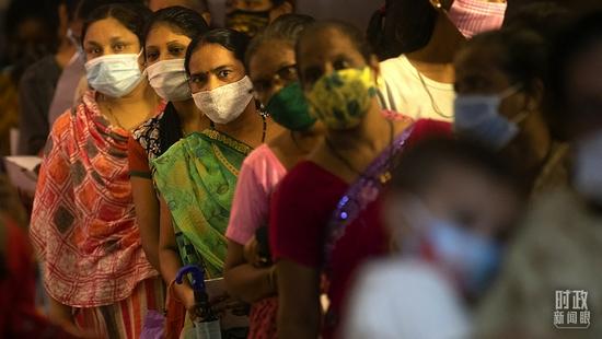 △2021年9月7日,印度孟买,当地民众排队接种新冠疫苗。据印度卫生部9日公布的最新数据,印度新冠肺炎确诊病例超过3313万例。(图/视觉中国)