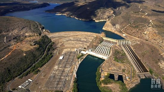 △2021年9月1日,巴西中部的弗纳斯水电站。由于持续干旱,该水电站处于严重低水位状态,影响当地的水和能源供应。(图/视觉中国)