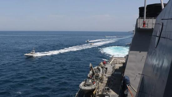 美伊舰艇波斯湾擦枪走火 美军向伊朗巡逻艇开火示警