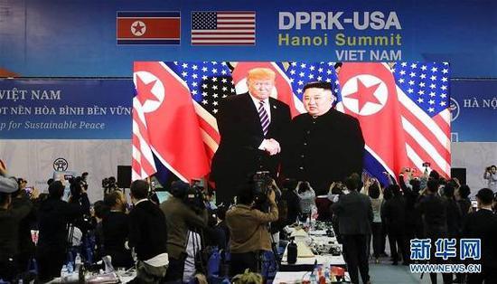(资料图片:2019年2月27日,在越南首都河内,记者在国际媒体中心观看和拍摄朝鲜最高领导人金正恩(屏幕右侧)与美国总统特朗普会面的电视直播。新华社记者 吴晓初 摄)