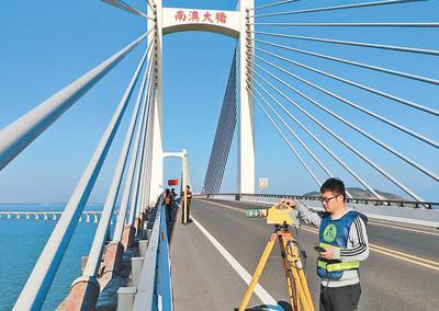 国测一大队队员在南澳大桥进行水准测量工作。王晓强摄