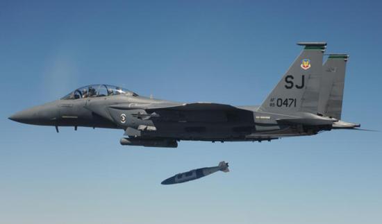 美军F-15战斗机投掷炸弹画面