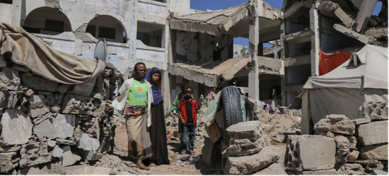 因也门冲突而流离失所的一个难民家庭