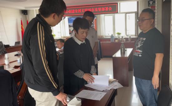 督查组在乌兰察布市集宁区不动产登记中心查阅有关数据。新华社记者 摄