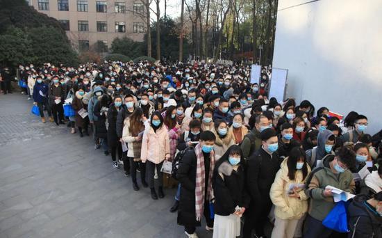 等候入场的考生|图片来源:视觉中国。