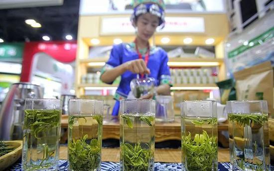 ▲这些年高端岩茶火爆,武夷山大多数茶农却并没有从中受益。资料图,图文无关。图片来源:新京报网