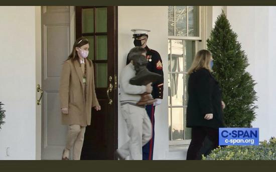 白宫雇员近日开始准备纸箱、进行搬家 图自:社交媒体