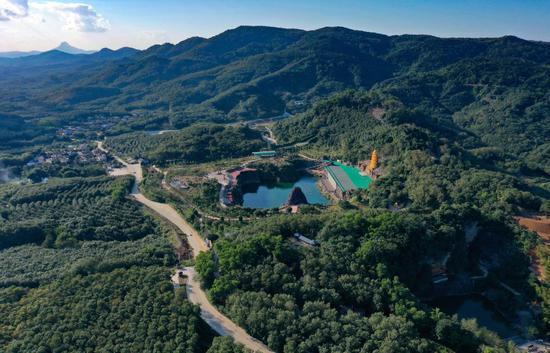 2020年12月29日拍摄的位于海南省儋州市的莲花山景区,这里曾是一座废弃矿山(无人机照片)。新华社记者郭程摄