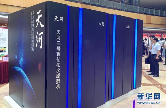 """2019年7月6日,""""纪念中国超级计算事业发展四十年暨国家超级计算天津中心成立十周年""""活动在天津滨海新区举行。这是活动现场展示的""""天河三号""""百亿亿次原型机。 新华社记者 毛振华 摄"""