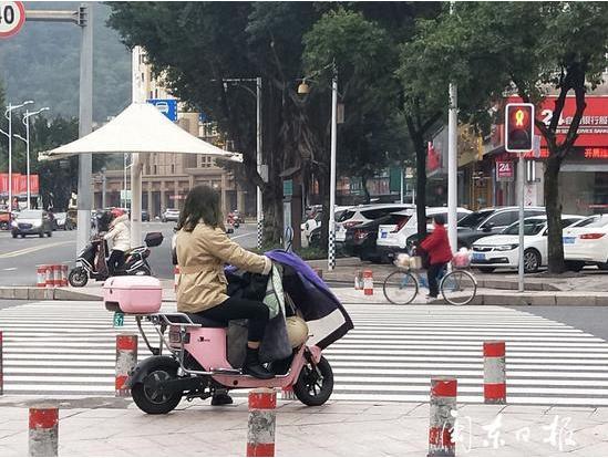 市民骑电动车未佩戴坦然头盔