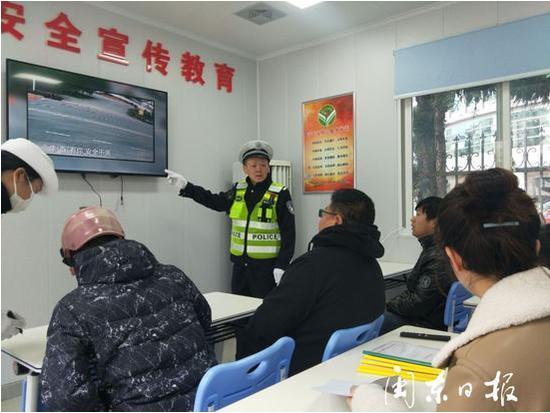 在宣教室中仔细学习的市民和不苟说乐教学的民警。